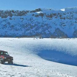Una singular Land Rover Discovery, en vez de ruedas tiene cuatro orugas para transitar la nieve sin empantanarse ni afectar la montaña.