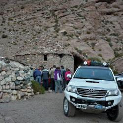 La caravana de vehículos comienza a trepar por la RN 76, dejando atrás la Quebrada del Peñón, ya en cercanías a la Laguna Brava.