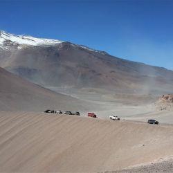 La quebrada y las nubes quedan abajo mientras la caravana gana altura, ya sobre los 4.400 msnm.