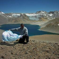 La bandera argentina flamea en la cumbre del volcán Corona del Inca.
