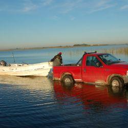 Bajando la embarcación en laguna La Nueva.