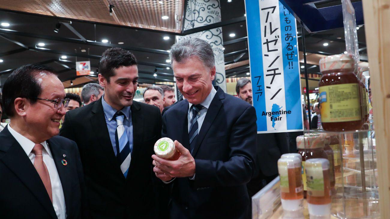 Mauricio Macri en Japón, se reunió con Shinzo Abe y visitó un supermercado que vende productos nacionales.