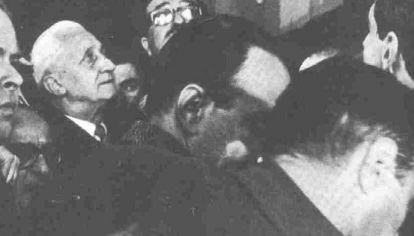 Arturo Illia abandonando la Casa de Gobierno, 1966.