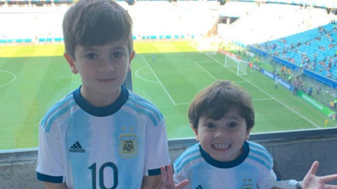 Mateo Messi revolucionó la tribuna en la previa del partido de la Selección