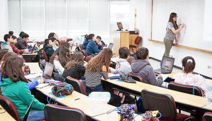 Pensar en la nota. El profesor Andrés Bernasconi explica que en un mismo establecimiento confluyen estudiantes de diferentes estratos sociales.