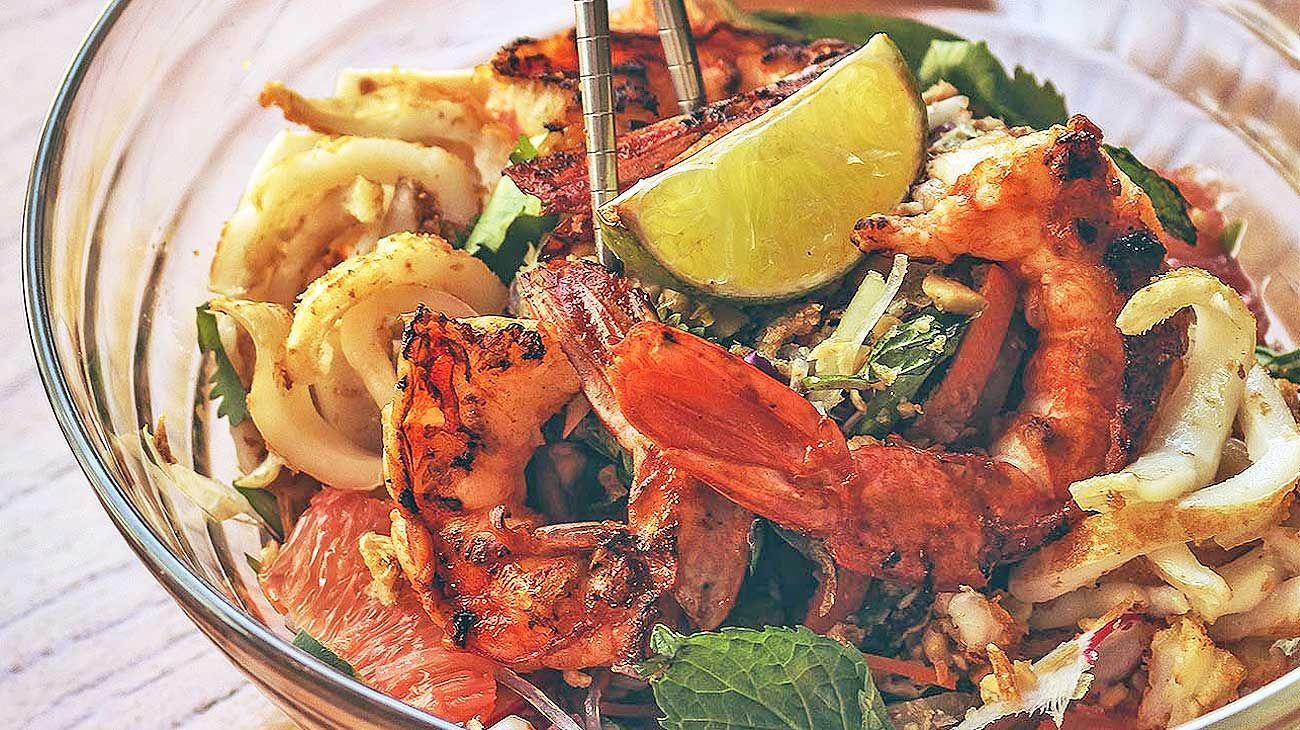 Estilo Vietnamita. Combina fideos, maní, langostinos, calamares fritos y vegetales.