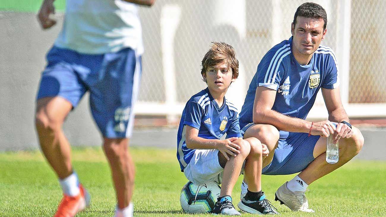 En familia. Scaloni, con su hijo Ian, en el entrenamiento de ayer en Río.