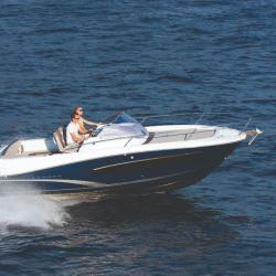 El buen planeo y alto francobordo de la Camarat 7.5 WA la hacen ideal para navegación en aguas abiertas con oleaje.