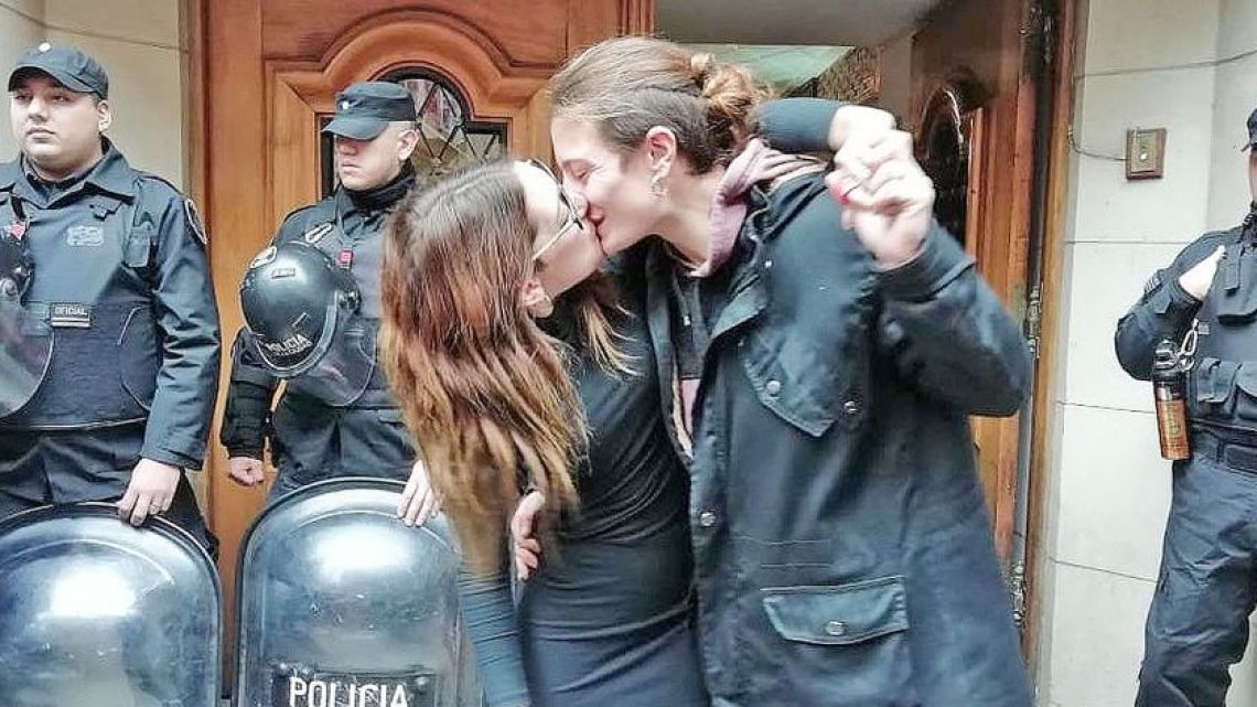 Mariana Gómez and her wife Rocío Girat kiss at court