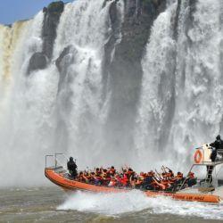 La lancha descubierta lleva al visitante hasta el corazón de las Cataratas del Iguazú.