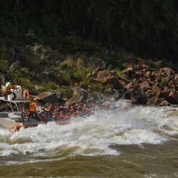 Adrenalina y emoción se combinan a medida que la lancha se va a acercando a la caída de agua.
