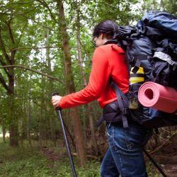Cómo distribuir el peso en la mochila para que no moleste al hacer treeking.