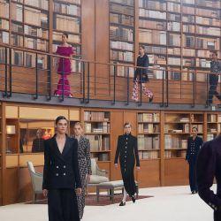 El Grand Palais de Paris se transformó en una gran biblioteca circular para el desfile de Chanel
