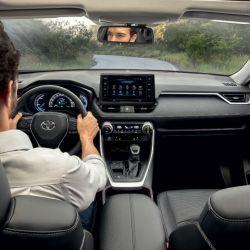 El interior del nuevo RAV4 resulta sobrio pero con toques de modernidad y tecnología por todos lados. Por ejemplo, tiene carga de celulares por inducción, sin cable.
