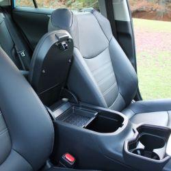 El equipamiento de seguridad es sobresaliente, viene con siete airbags, ESP y un paquete de ayudas electrónicas.
