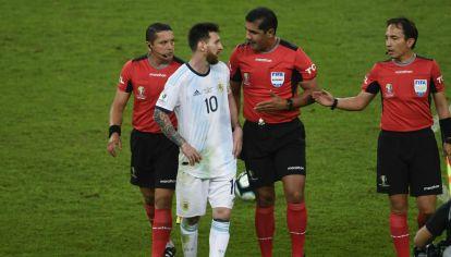 Todo Argentina se le fue al humo a Roddy Zambrano y desde la AFA también cuestionaron.