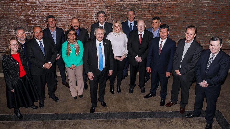 El candidato a presidente por el Frente de Todos, Alberto Fernandez junto a gobernadores peronistas que le dieron su apoyo durante un almuerzo y reunion de trabajo en las oficinas del ex jefe de Gabinete en San Telmo.