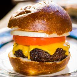 Steakhouse Burgersas adores sirven una hamburguesa limitada al servicio de almuerzo o al menú del bar.