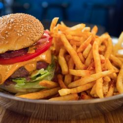 Con un costo de $ 12 a $ 21, las Secret Burguer hamburguesas tienden a ser grandes, servidas con papas fritas, lechuga y tomate.