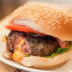 El Juicy Lucy es una especialidad de Minneapolis, MN y consiste en dos panes de hamburguesas rellenos de queso y sellados en la plancha