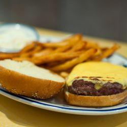Fuera del restaurante de hamburguesas, no hay un menú en el que un plato sea más omnipresente que este.
