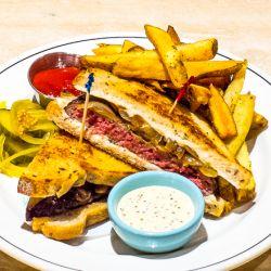 A diferencia de una hamburguesa, un sándwich de hamburguesa se define por el uso de pan rebanado en lugar de un bollo.