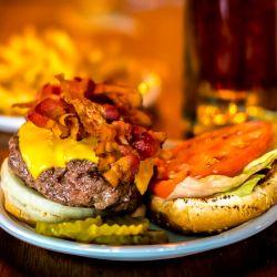 Algunas de las hamburguesas más famosas y amadas de la Ciudad de Nueva York se encuentran en las tabernas de la ciudad.