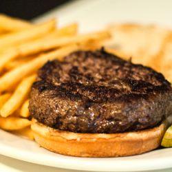 Las hamburguesas de estilo pub se encuentran en los locales irlandeses que proliferan en la ciudad y tienden a ser más grandes que las promedio.