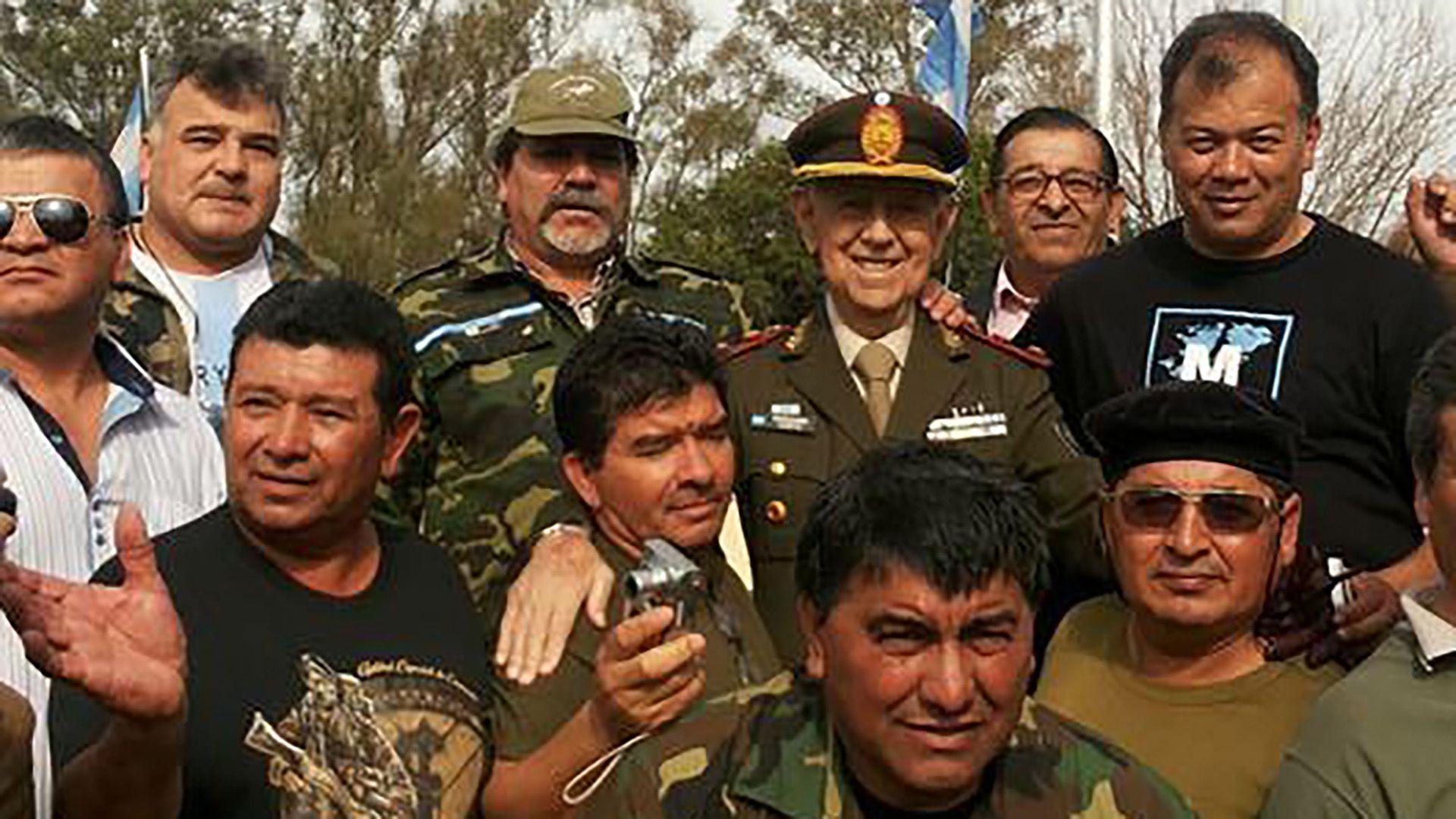 Quienes rodean al ya muerto General Mabragaña, todos soldados conscriptos, dan testimonio del  reconocimiento a su liderazgo de quienes sirvieron a la Argentina en Puerto Yapeyú.