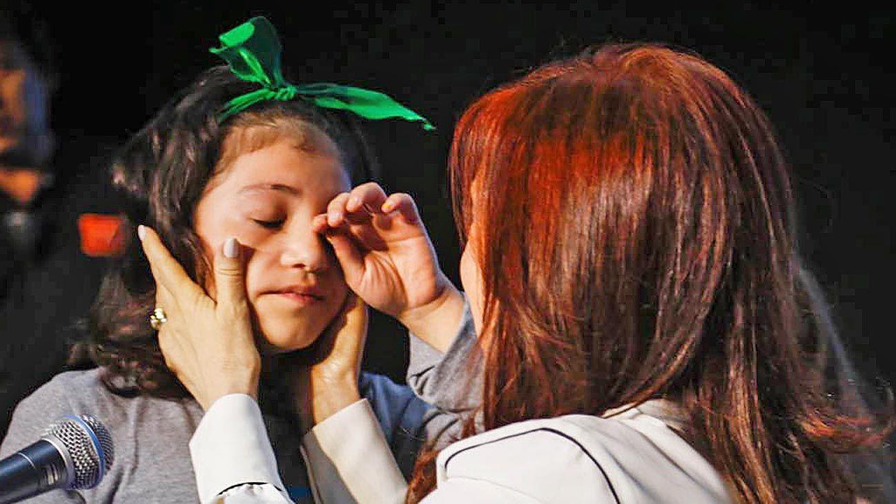 Cristina. Una nena con pañuelo verde se emociona con CFK durante la presentación de su libro en Chaco.
