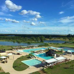 las termas de Arapey tienen alrededor un moderno resort de estilo casi caribeño con vista a una verde planici.e