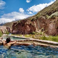 Las termas de Cacheuta ofrecen relax en piletones rodeados de un entorno natural imponente.