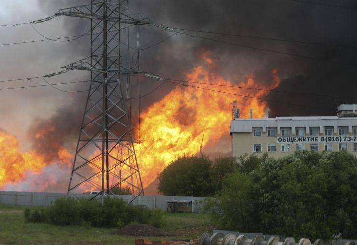 El incendio empezó cerca del mediodía en un gasoducto que alimenta la central en el propio recinto.