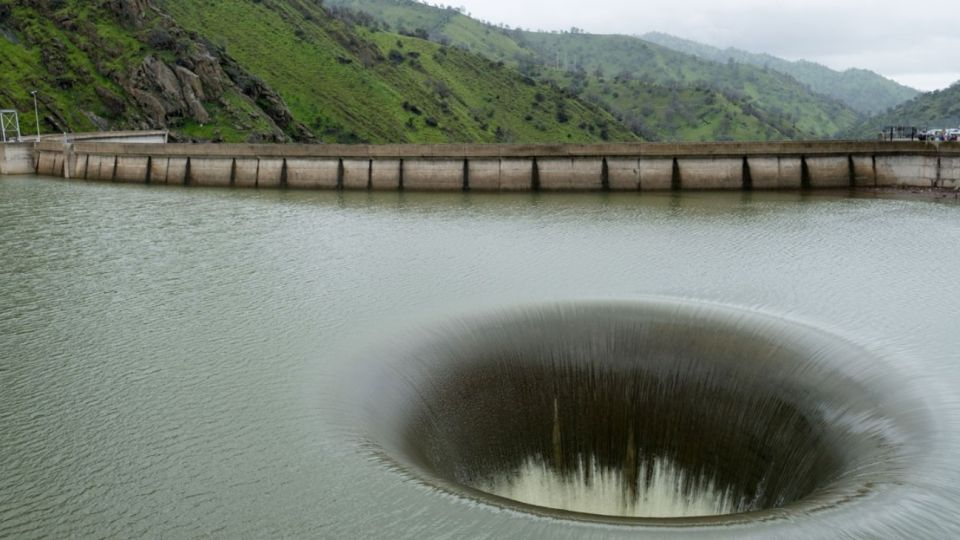 El enorme pozo acuático se encuentra en el Lago Berryessa, en California, y es un gran atractivo turístico.