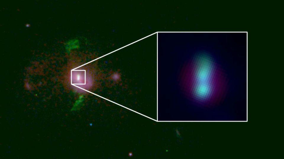 Una galaxia a aproximadamente 2.500 millones de años luz de distancia tiene un par de agujeros negros supermasivos.