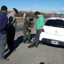 El cantante de NTVG siendo detenido por la Gendarmería Nacional