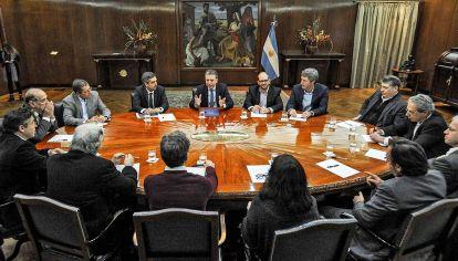 Con economistas. Tras mostrar el cumplimiento de la meta fiscal, el ministro recibió colegas.