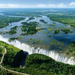 En la frontera entre Zambia y Zimbabue se encuentra un salto de 108 metros de altura, desde el que caen las aguas del río Zambeze. Son las Cataratas Victoria.