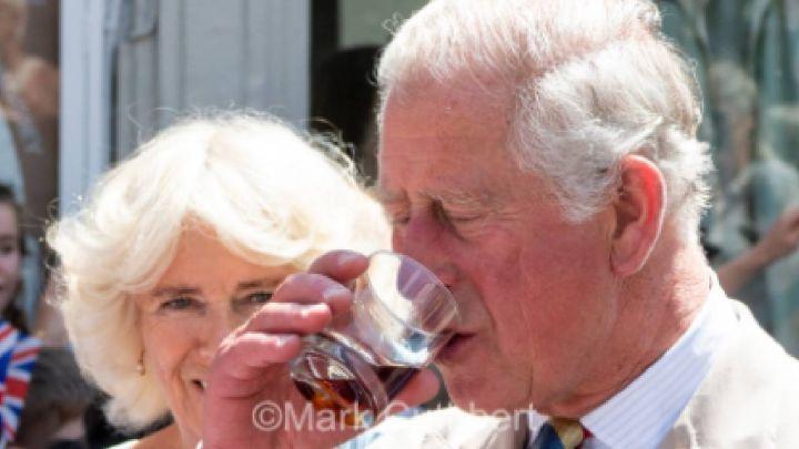 La foto del príncipe Carlos tomando alcohol que generó polémica y se volvió viral