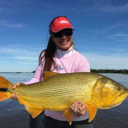 Fany Salas ama la pesca deportiva. Instalada en Esquina, gestó un par de récords y capturó muchísimos dorados grandes, como el de la foto, que no registró.