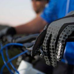 Los guantes son un elemento muy importante que debemos llevar con nosotros cuando salimos a andar en bicicleta.