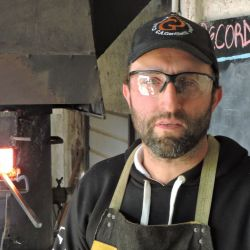 """Gentiletti asegura que """"en tres clases hasta el más inexperto se va de mi taller fabricando un cuchillo monoacero y, en dos clases más, uno de Damasco"""""""