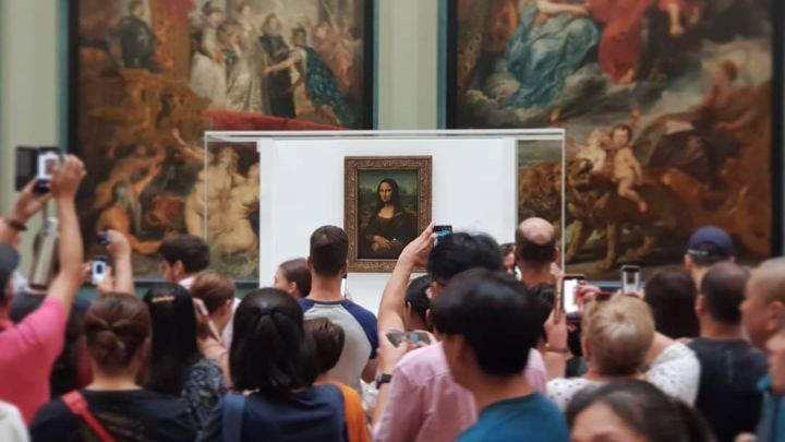 En medio de un millonario operativo, La Mona Lisa se muda