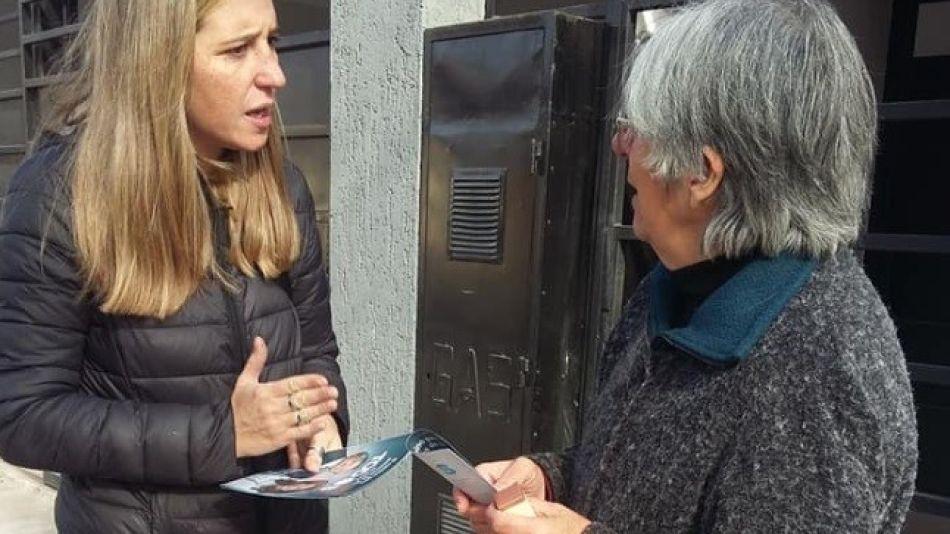 Gabriela Malinar, candidata a concejal del peronismo, haciendo campaña en Mendoza.