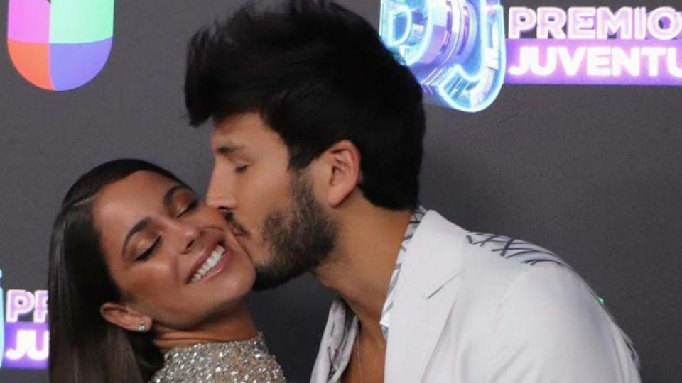 Tini Stoessel y Sebastián Yatra, a los besos en los Premios Juventud
