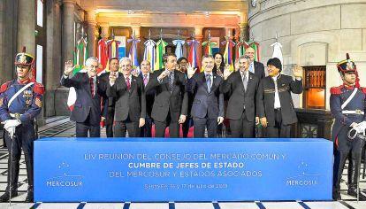 Todos hombres. Los cuatro presidentes del Mercosur (Mauricio Macri, Jair Bolsonaro, Tabaré Vázquez, Mario Abdo Benítez) y dos invitados (Evo Morales y Sebastián Piñera) se reunieron esta semana en Santa Fe para celebrar la cumbre del bloque regional.