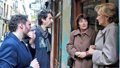 Doble. Elena Irureta y Ane Gabarain, con Aitor Gabilondo y el director Félix Vizcarret.
