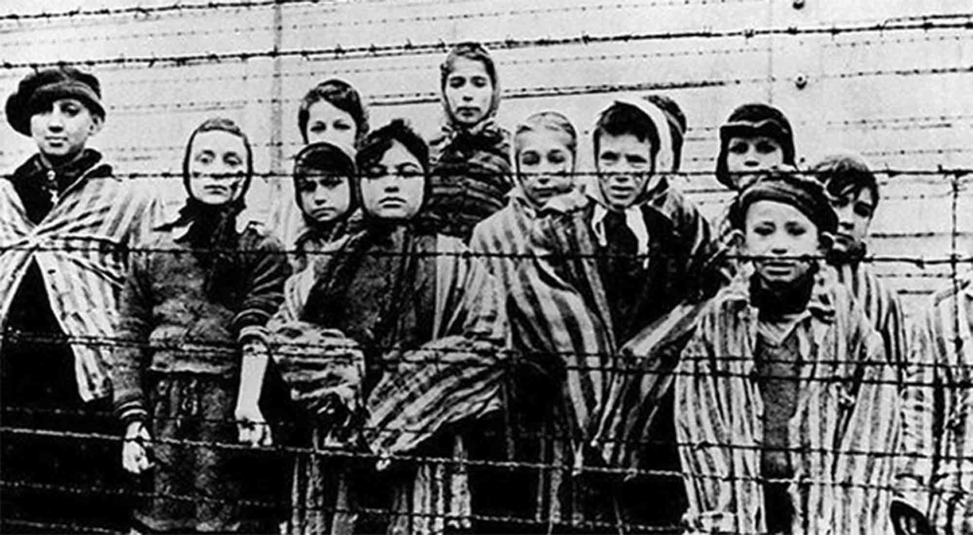 Imagen tomada en 1945 cuando el campo de concentración de Auschwitz fue liberado en Polonia, donde millones de judíos fueron exterminados por los nazis.