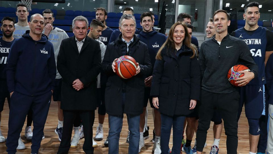 Mauricio Macri y María Eugenia Vidal visitaron un centro de alto rendimiento deportivo. La foto generó críticas.