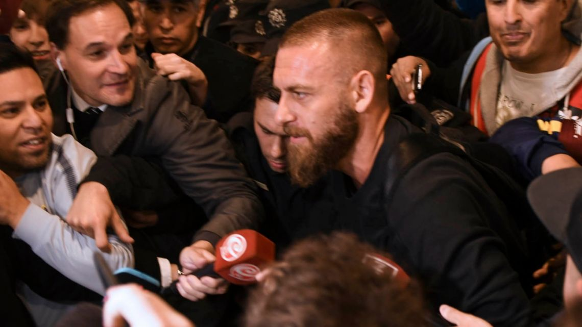 Daniele De Rossi greeted by fans and media at Ezeiza.